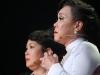 Việt Hương bật khóc cúi đầu trước diễn viên Quốc Tuấn