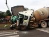 Đứng chờ đèn xanh, 4 người bị xe tải tông thương vong