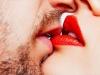 Lúc 'khóa môi' ai cũng nghiêng đầu sang phải và đây là lý do