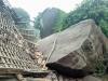 Tảng đá khủng lăn sập nhà giữa đêm, gia đình 9 người thoát chết trong gang tấc