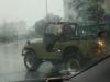 Nỗi khổ của tài xế đi xe ô tô mui trần mà lại quên xem dự báo thời tiết