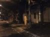 Chuyện đêm muộn: Bóng trắng đứng thập thò bên vỉa hè khiến người qua đường được một phen giật mình tập thể