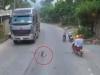 Lại xuất hiện clip bé trai chạy ra ngồi chơi giữa đường, 2 ô tô cùng nhiều xe máy hốt hoảng phanh gấp