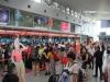 Hành khách ném điện thoại làm rách mí mắt nhân viên hàng không bị cấm bay 1 năm