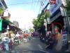 Giơ 'ngón tay thối' sau va chạm giao thông, nam ninja bị đuổi đánh phải chạy vào nhà dân thoát thân