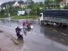 Xe máy 'kẹp 3' đối đầu xe tải, 2 thanh niên ngã ra đường tử vong tại chỗ