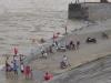 Thủy điện Hòa Bình xả lũ, người lớn và trẻ nhỏ thích thú rủ nhau tắm sông Đà