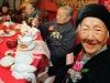Chuyện chỉ có ở Trung Quốc: Già chống gậy đi còn khó mà vẫn hăng hái đến họp lớp