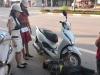 Bức ảnh người phụ nữ lớn tuổi nằm dưới đường ôm bánh xe máy khiến cư dân mạng xôn xao