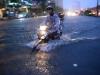 Sài Gòn tiếp tục mưa lớn gây ngập nặng, hành khách lội nước ra vào sân bay Tân Sơn Nhất