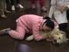 Trung Quốc: Cô gái trẻ ôm chó gào khóc thảm thiết vì vừa đưa từ Mỹ về đã bị hàng xóm đánh bả chết