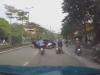 Clip: Tài xế lùi xe không kiểm soát hất tung cô gái đi xe máy lên dải phân cách