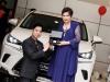 Ngọc Sơn quỳ gối tạ ơn mẹ khi được tặng siêu xe 3 tỷ