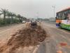 Tai nạn liên hoàn, CSGT xúc đất đổ vương vãi khắp mặt đường lên xe chuyên dụng