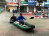 Hình ảnh chưa từng có ở Đà Nẵng: Xuồng 'bơi' trên phố, người dân quăng lưới bắt cá giữa biển nước mênh mông