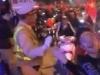 Anh CSGT đáng yêu liên tục bắt tay, chào đoàn cổ động viên xuống đường ăn mừng ĐT Việt Nam vô địch