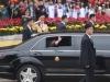 Video: Ông Kim Jong-un kéo cửa kính vẫy tay chào người dân Việt Nam