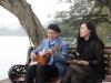 Nhạc sĩ Vũ Thành An đệm đàn cho 'giai nhân' Ngọc Châm bên hồ Hoàn Kiếm