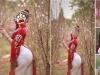 Thiếu nữ tạo dáng bên vườn đào Hà Nội khiến dân tình phải nhắc nhở 'cẩn thận gãy lưng'