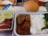 Tại sao đồ ăn trên máy bay lại nhạt nhẽo, không ngon?