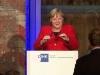 Thủ tướng Đức Merkel ngã khi lên sân khấu