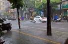 Hà Nội mưa lớn kèm gió lốc, đường phố ngập như sông