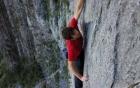 Video tay không leo vách núi dựng đứng gần 1000 m