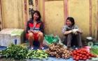 Nữ tuyển thủ Việt ngồi lề đường bán rau