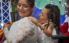 Đám cưới xúc động của cặp đôi đồng tính nữ mắc bệnh xương thuỷ tinh