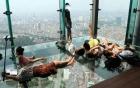 Tranh cãi hình ảnh nhiều bạn trẻ nằm ngả nghiêng tại Lotte Center