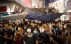 Cảnh sát Hong Kong bị người biểu tình lăng mạ, khạc nhổ vào mặt 5
