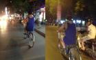 Người đàn ông quấn trăn vào cổ vô tư dạo phố Hà Nội gây xôn xao