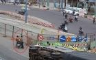 Xe tải bị lật ở Sài Gòn, hai thanh niên xăm trổ đầy mình