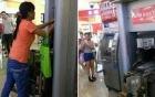 Bị nuốt thẻ ngân hàng, người phụ nữ dùng tay không phá máy ATM