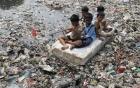 Cận cảnh cuộc sống trẻ em những nơi bẩn nhất thế giới