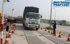 Tài xế xe quá tải cố thủ hàng giờ trong cabin chống đối CSGT