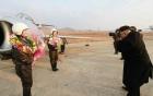 Nhà lãnh đạo Kim Jong-un hào hứng chụp ảnh cho nữ phi công