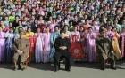 Phụ nữ Triều Tiên khóc nức nở vì được chụp ảnh với Kim Jong-un