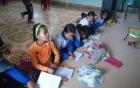 Trường đạt chuẩn quốc gia dù học sinh không có bàn ghế để ngồi học