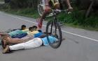Cắm mặt xuống đường khi lái xe đạp bay qua 8 người