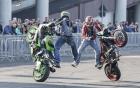 Biker bất lực đứng nhìn siêu môtô tự diễn stunt
