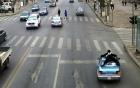 Cảnh sát giao thông bám chặt trên nóc taxi như phim hành động ở Trung Quốc