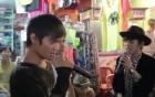 Video: Lệ Rơi hát ở phố tây Bùi Viện khiến xe cộ tắc nghẽn