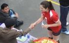 Hội làng Ninh Hiệp: Rải tiền thưởng cho chân dài bóng chuyền
