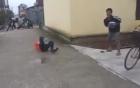 Cười nghiêng ngả với clip giả bị cướp bắn hù dọa học sinh đi đường