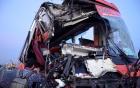 Xe khách đâm vào hai xe tải 1 người chết, 9 người bị thương