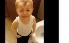 Clip: Cậu bé khóc khi bị toilet cuốn mất chú cá vàng gây sốt