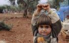 Xót xa bức ảnh bé gái Syria giơ tay đầu hàng nhiếp ảnh gia