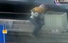 Clip: Hoảng hốt thiếu phụ buộc con nhỏ vào người nhảy sông tự tử