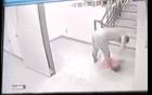 Video: Phẫn nộ cảnh cha dượng đánh dã man em bé 2 tuổi